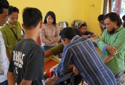Pemerintah Desa Baturetno melakukan  pelatihan sablon acrylic bagi Karang Taruna