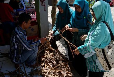 Rombongan program P2WKSS Desa Baturetno melakukan kunjungan ke central enceng gondog